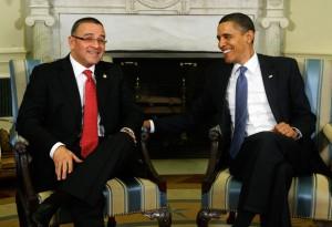 Obama confraterniza con Mauricio Funes, presidente salvadoreño farabundista y ex corresponsal de la CNN